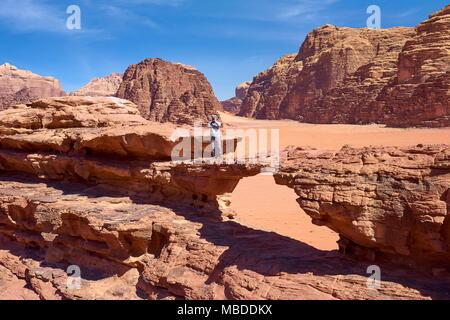 Natürliche Felsen Brücke in die Wüste Wadi Rum, Jordanien - Stockfoto