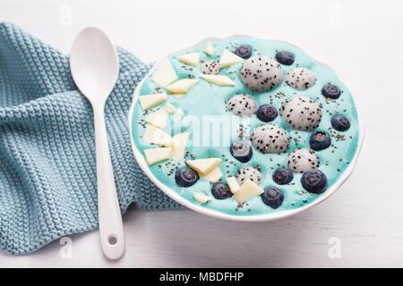 Gesunde blaue Spirulina smoothie Schüssel mit Blaubeere, weiße Schokolade, Drachenfrucht, Chia Samen - Stockfoto