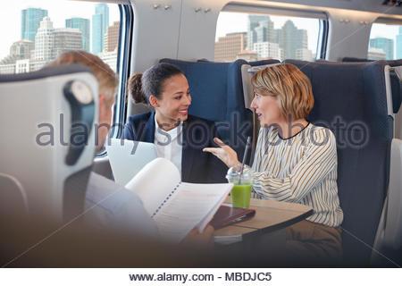 Unternehmerinnen arbeiten, sprechen an Personenzug - Stockfoto