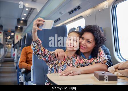 Liebevolle Mutter und Tochter unter selfie mit Kamera Handy ein Personenzug - Stockfoto