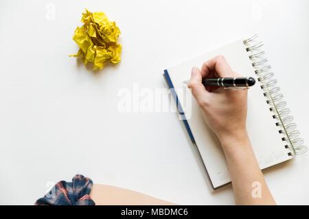 Kreatives Konzept schreiben mit Notebook und zerknittertes Papier Kugeln. Bearbeiten und copywriting Arbeitsplatz. - Stockfoto