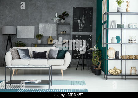 Steinstruktur; Beige Sofa Und Tisch Im Wohnzimmer Mit Galerie Auf Graue Wand  Und Regale   Stockfoto