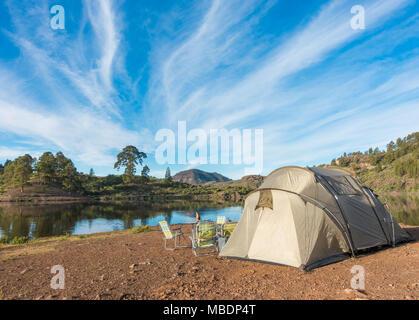 Am See Campingplatz auf Gran Canaria mit Blick auf Presa de Las Ninas Behälter. Kanarische Inseln, Spanien - Stockfoto