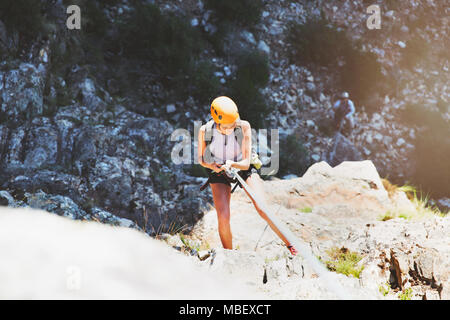 Weibliche Kletterer abseilen Rock - Stockfoto