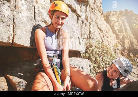 Porträt Lächeln, selbstbewussten weiblichen Kletterer - Stockfoto