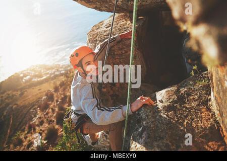 Fokussierte männliche Kletterer klettern Rock - Stockfoto