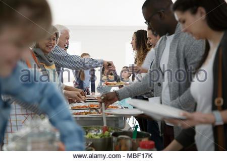 Gruppe von Menschen in Gemeinschaft Buffet Stockfoto, Bild ...