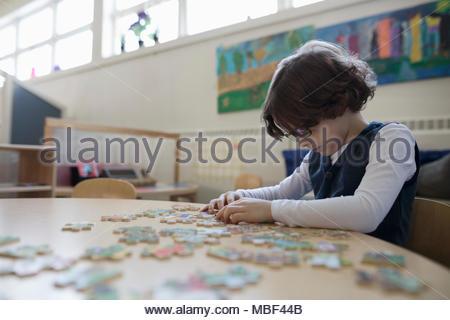 Vorschule junge Montage Puzzle im Unterricht konzentriert - Stockfoto