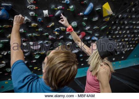 Kletterer sprechen, Nach oben an der Kletterwand in der Kletterhalle - Stockfoto