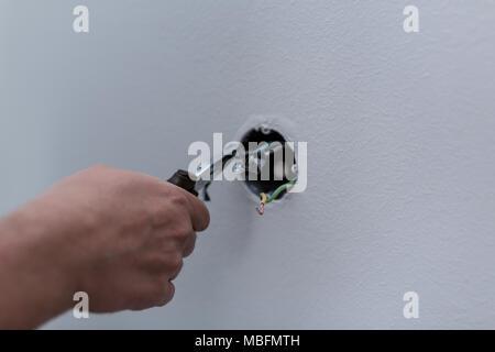 Elektriker Abisolieren der Kabel, Schalter und Steckdosen in einem ...