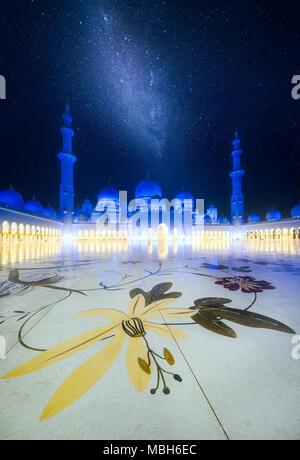 Sheikh Zayed Grand Moschee in der Abenddämmerung, Abu Dhabi, Vereinigte Arabische Emirate - Stockfoto
