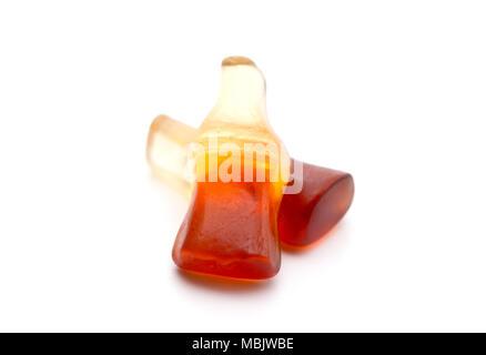 Cola Flavored Gummies auf weißem Hintergrund - Stockfoto