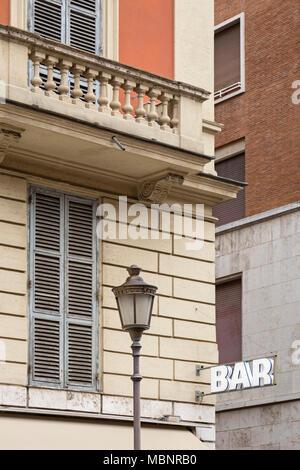 Eine Bar auf einem Gebäude in Rom, Italien, in der Nähe von Vatikanstadt. Im Gegensatz zu einigen anderen Orten in der Welt ist eine Bar, wo Sie einen Kaffee in Italien zu kaufen, einige - Stockfoto