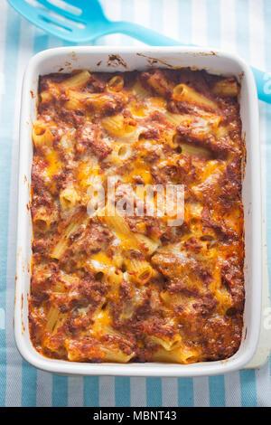 Bolognese Nudeln schmelzen. Hackfleisch ragu mit cremigen Soße überbacken mit Käse. - Stockfoto