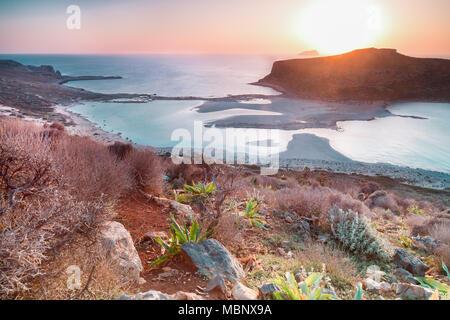 Sonnenuntergang über der Insel Gramvousa und die Balos Beach auf Kreta, Griechenland.