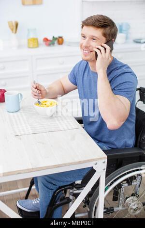 Fröhlich behinderte Menschen in angenehmen Gespräch - Stockfoto