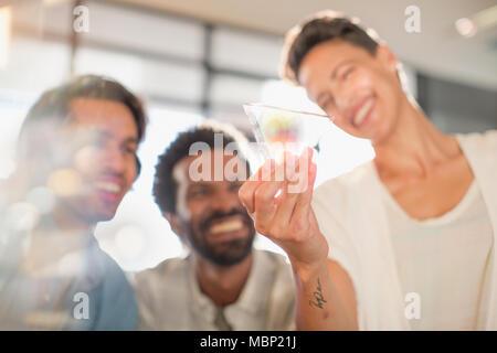 Lächelnd, neugierig, innovative Unternehmer Prüfung Glas Dreieck Prototyp - Stockfoto