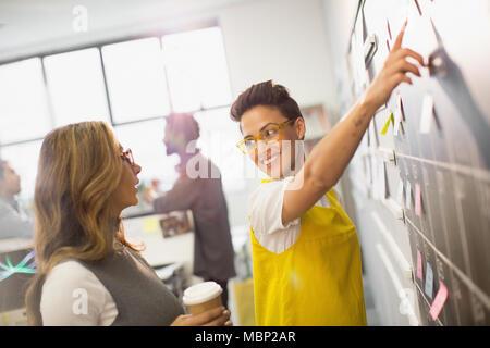 Kreative Unternehmerinnen Planung, Zeitplanung bei der Kalender Tafel - Stockfoto