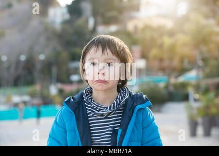 Süße Junge, lustige Gesichter, Spielen am Strand, Frühling - Stockfoto