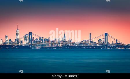 Verrazano Narrows Bridge Tore den Zugriff auf die Upper New York Bay. Manhattan Skyline steigt hinter der Brücke. - Stockfoto