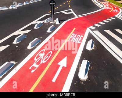 Radweg zum Radfahren und Radfahren in einer großen Stadt. Luftaufnahme. - Stockfoto
