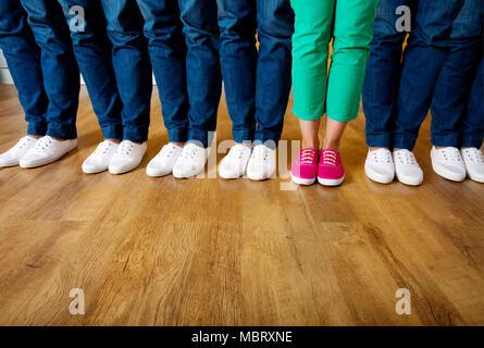 Frau in rosa Schuhe stehen in einer Reihe von Menschen tragen weiße Schuhe - Stockfoto