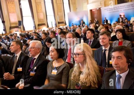 """London, Großbritannien. 11 Apr, 2018. Die Gäste hören, reden während der Zeremonie für die mehrsprachige Versionen der zweite Band der """"Xi Jinping: Die Governance von China' in London, Großbritannien, das am 11. April 2018. Das Buch wurde in London Mittwoch. Credit: Isabel Infantes/Xinhua/Alamy leben Nachrichten - Stockfoto"""