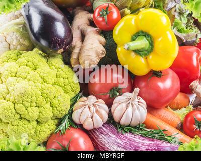 Gruppe von bunten Gemüse auf weißem Hintergrund. Close-up. - Stockfoto