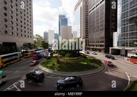Weitwinkel Blick auf Connaught Road, Hong Kong Central Business District, von der Zentralen erhöhten Laufsteg genommen - Stockfoto