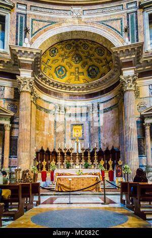 Rom, Italien, 24. April 2017. Teil des Pantheon Tempel Innenraum - der Altar. Touristen, die auf der Suche und die Bilder. - Stockfoto