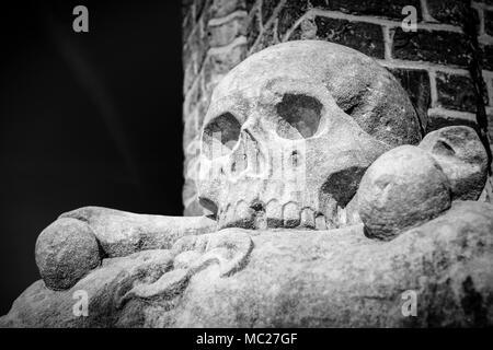 Schwarz-weiß Foto eines konkreten Schädel in der hellen Sonne - Stockfoto