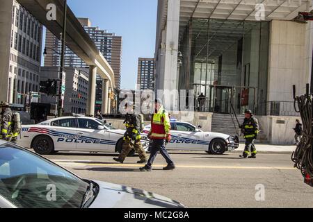 Detroit, Michigan, USA - 22. März 2018: Feuerwehr und Polizei, bei einer Aufforderung im Geschäftsviertel von Detroit. - Stockfoto
