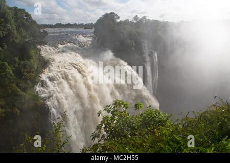 Des Teufels Katarakt bei Victoria Falls (Mosi-oa-Tunya) an der Grenze zwischen Simbabwe und Sambia. - Stockfoto