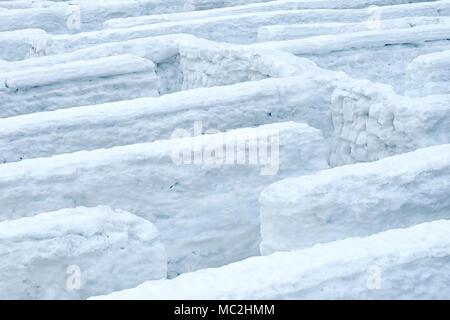 Winter Labyrinth mit Schnee Wände. - Stockfoto