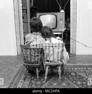 Zwei junge Kinder fernsehen, vor dem zu Bett - Zeit in Großbritannien, c 1967. Foto von Tony Henshaw - Stockfoto