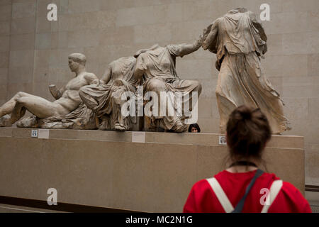 Besucher bewundern die Skulptur der antiken griechischen Parthenon Metopen der Elgin Marbles im British Museum, am 11. April 2018 in London, England. - Stockfoto