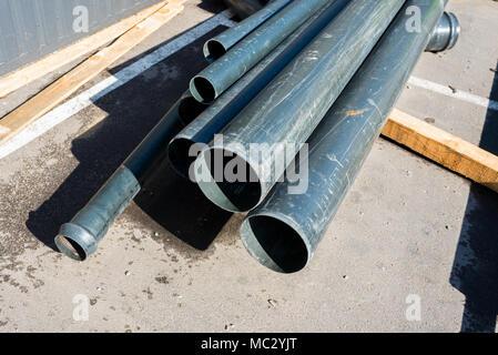 Metall Rohre gestapelt - Stockfoto