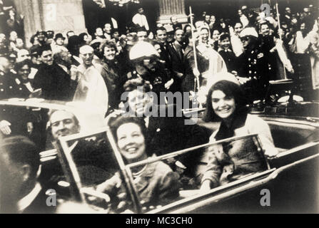 John F. Kennedy, Jacquelyn Kennedy, Texas Gouverneur John Connally und Frau Connally in oben offenen Präsidentenwagen Momente, bevor der Präsident Attentats in Dallas, Texas, im November 1963. - Stockfoto