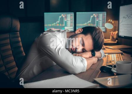 Müde, erschöpft, Geschäftsmann, schlafen zu spät zur Arbeit, im Büro, im Schlaf müde Trader dösen die Pause für Rest vom Handel online, überarbeitete lieferbar - Stockfoto