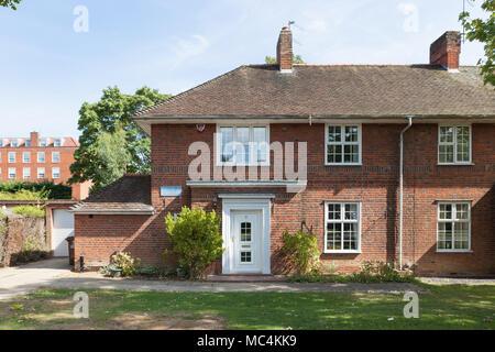 Sir Ebenezer Howard lebte in diesem Haus auf Guessen Straße, in Welwyn Garden City, zwischen 1923-1928. - Stockfoto