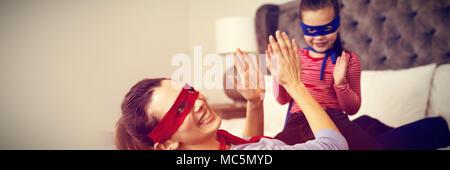Mutter und Tochter spielen Super Heroes - Stockfoto