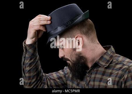 Seitenansicht des traurigen bärtigen Mann mit Hut. - Stockfoto