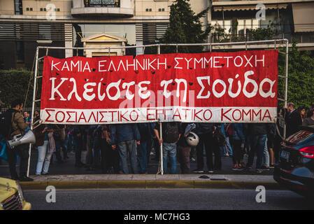 """Die demonstranten gesehen mit einem großen Banner während des Protestes. Anti-kriegs-Konzentration von verschiedenen Social Communities. Mit Slogans wie """"Die Marine sollten die Ägäis und das Mittelmeer lassen' und 'Ja, Freundschaft und Solidarität der Menschen nach einem März Hunderte von Demonstranten vor der US-Botschaft in Athen angekommen. - Stockfoto"""