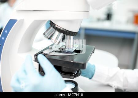 Nahaufnahme auf das Mikroskop mit Probe im Labor - Stockfoto