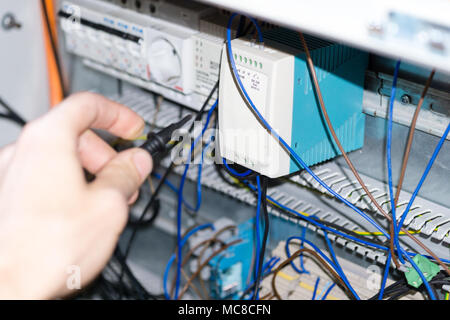 Ingenieur Hände Installation von elektrischen Komponenten im ...