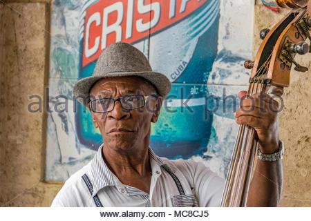 Elder kubanischen Mann spielt die Akustik Bass in einem ...