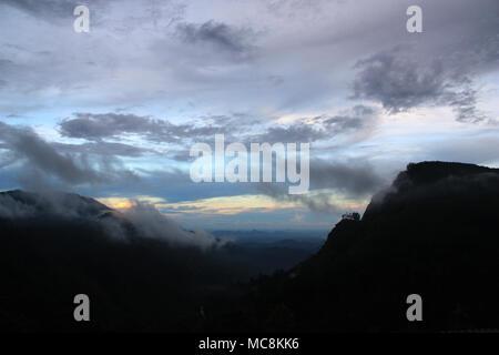 """Die so genannte """"Ella Gap"""" ermöglicht einen tollen Blick über die südlichen Ebenen von Sri Lanka - Stockfoto"""