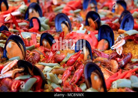 Große Pfanne von Meeresfrüchte Paella in einem Food Court am Hogueras de San Juan Festival in Alicante, Spanien Abschaltdruck - Stockfoto