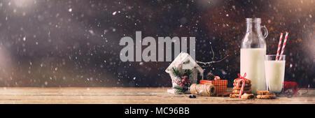 Weihnachten dunklen Hintergrund mit Schnee und Bokeh, kopieren. Banner. Flasche, Glas mit Milch für Santa, Cookies, rote Seil, Anis Sterne, Zimtstangen, - Stockfoto