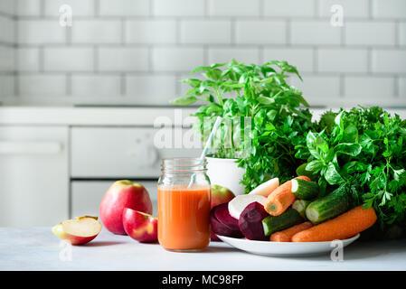 Frischer Saft oder Smoothie, Obst und Gemüse - Äpfel, Karotten, Rüben, Sellerie, Gurken, grüne, Kräuter. Vegetarisch, raw food Konzept, sauber essen, det - Stockfoto